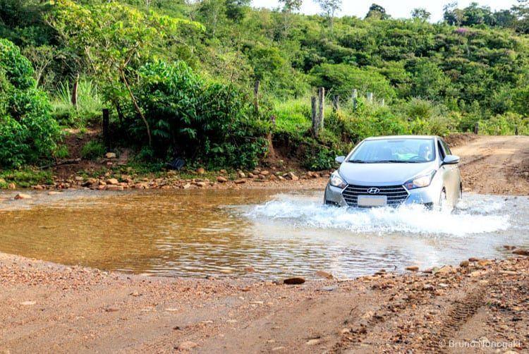 Travessia de rio no caminho para a Cachoeira dos Dragões