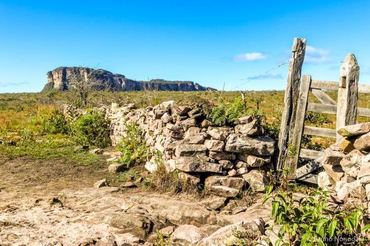 Cerca de Pedra, no Gerais do Rio Preto