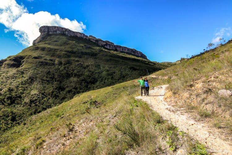 Trilha para o Cachoeirao, com o Morro do Sobradinho ao fundo