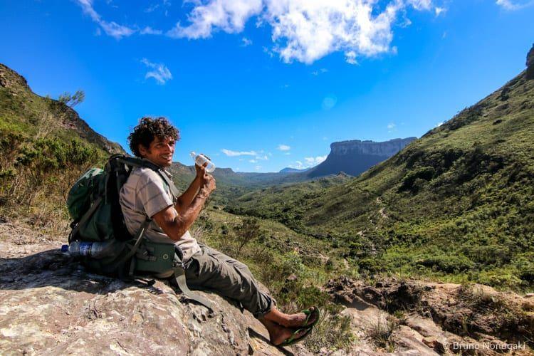 Guia Sinho, encarando toda a trilha com um chinelinho!
